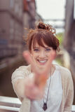 Nettes hübsches Zeichen Damen-Showing Peace Hand Stockbilder