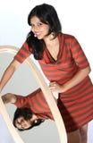 Nettes Hisanic Mädchen, das im Spiegel schaut lizenzfreies stockfoto