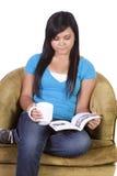 Nettes hispanisches jugendlich Mädchen, das ein Buch liest Stockbild