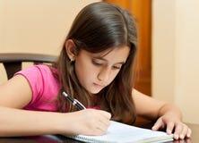 Nettes hispanisches Mädchen, das zu Hause studiert Lizenzfreie Stockfotos