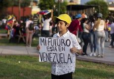 Nettes Holdingzeichen des kleinen Jungen am Protest lizenzfreies stockbild