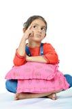 Nettes indisches Mädchen, das deepely denkt. Lizenzfreie Stockfotografie