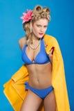 Nettes Jahrart-Pin-up-Girl mit Tuch Stockbilder