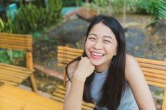 Nettes jugendlich Lächeln der thailändischen Frau des Lächelns asiatischen glücklich stockbild