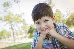 Nettes Jungen-draußen Porträt stockfotos