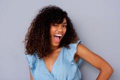 Nettes junges Blinzeln der schwarzen Frau Stockbilder