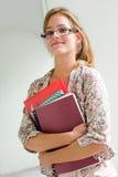 Nettes junges blondes Kursteilnehmermädchen. Stockfoto