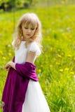 Nettes junges blondes Mädchen draußen im Sommer Lizenzfreie Stockfotos
