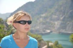 Nettes junges blondes Mädchen im blauen Hemd Lizenzfreies Stockfoto