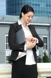 Nettes junges Geschäftsfrauschauen Stockbild