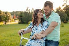 Nettes junges liebevolles Paar fährt in Park rad stockfotos