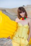 Nettes junges Mädchen auf Sandstrand Lizenzfreie Stockbilder