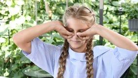 Nettes junges Mädchen, das den Spaß schließt ihre Augen mit den Fingern spielt und hat Glückliche Kindheit 4K stock video footage