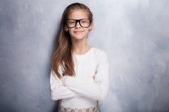 Nettes junges Mädchen, das im Studio aufwirft Lizenzfreies Stockfoto