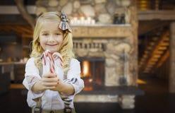 Nettes junges Mädchen, das Zuckerstangen in der rustikalen Kabine hält Stockfotografie