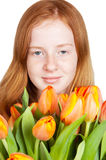 Nettes junges Mädchen hält ein Bündel Tulpen an Stockfoto