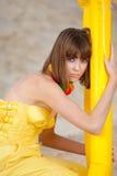 Nettes junges Mädchen im Art und Weisegelbkleid Stockfotografie