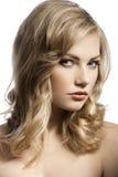 Nettes junges Mädchen mit dem stilvollen Haar Stockbild