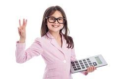 Nettes junges Mädchen mit Gläsern und Taschenrechner. Lizenzfreie Stockbilder