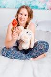 Nettes junges Mädchen mit zwei Borten, Pyjamas zu Hause, cblbn auf dem b Lizenzfreies Stockfoto