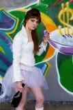 Nettes junges Prostituiertees Brunettemädchen im Weiß Stockbilder