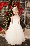 Nettes junges schönes Mädchen im Kleid der weißen Weihnacht Stockfotos