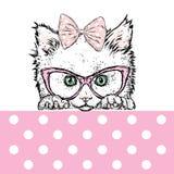Nettes Kätzchen in einem Bogen, in den Gläsern und in der Schale Auch im corel abgehobenen Betrag vektor abbildung