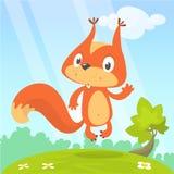 Nettes Karikatureichhörnchen in der spielerischen Stimmung, die auf einem Stumpf in der Wiese mit grünes Gras und Waldbackgrund s vektor abbildung