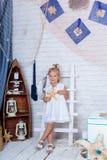 Nettes kaukasisches Mädchen in einem weißen Sommerkleid Stockbilder
