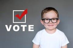 Nettes Kind aufmunternde andere zu registrieren und zu wählen lizenzfreies stockfoto