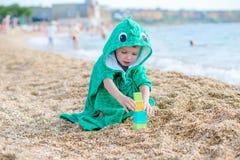 Nettes Kind, das auf dem Strand spielt Stockfoto
