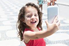 Nettes Kind, das Foto mit Handy macht Lizenzfreies Stockbild