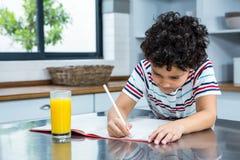 Nettes Kind, das Hausarbeit tut lizenzfreies stockbild