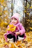 Nettes Kind, das in Herbstpark geht Stockbilder