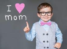 Nettes Kind, das ich liebe dich Mutter sagt stockfoto