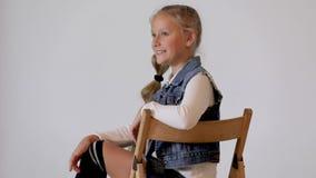 Nettes Kind, das im Fotostudio aufwirft stock footage