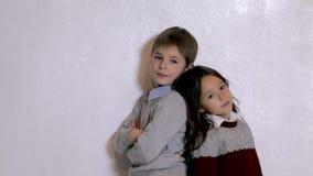 Nettes Kind, das im Fotostudio aufwirft stock video footage