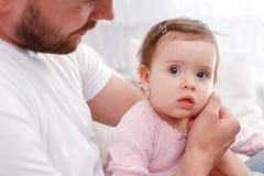 Nettes Kind, das mit Vater sitzt Stockfotografie