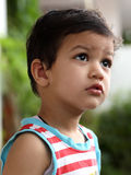Nettes Kind, das oben schaut Lizenzfreie Stockfotografie