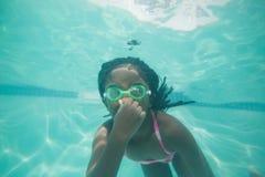 Nettes Kind, das unter Wasser im Pool aufwirft Lizenzfreie Stockfotografie