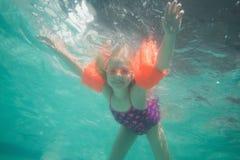 Nettes Kind, das unter Wasser im Pool aufwirft Lizenzfreies Stockbild