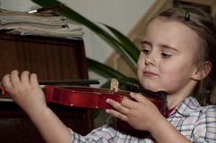 Nettes Kind, das Violinenspiel lernt Stockbild