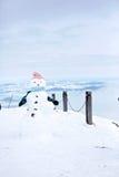 Nettes Kind, errichtender Schneemann und Spielen mit ihm auf Berg Lizenzfreies Stockfoto