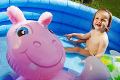 Nettes Kind im blauen Swimmingpool stockbild