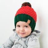 Nettes Kind im rot-grünen Hut der Elfe Lizenzfreie Stockfotos