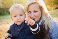 Nettes Kind und hübsche Mamma draußen am Fall. Stockbild
