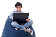 Nettes Kind unter Verwendung eines Notizbuches stockbilder