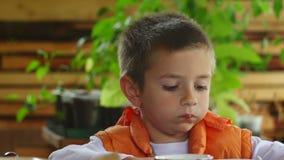 Nettes Kinderessen stock footage