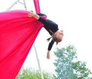 Nettes Kindertraining auf Luftseiden Stockfotos