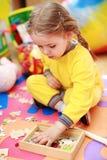 Nettes Kindspielen lizenzfreies stockbild